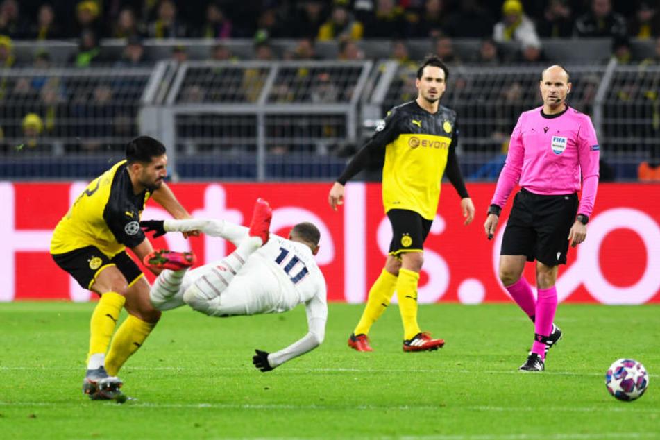 BVB-Kämpfer Emre Can (l.) ließ Neymar (Zweiter von links) in der 19. Minute über die Klinge springen und kam ohne Verwarnung von Schiedsrichter Antonio Mateu Lahoz (r.) davon.