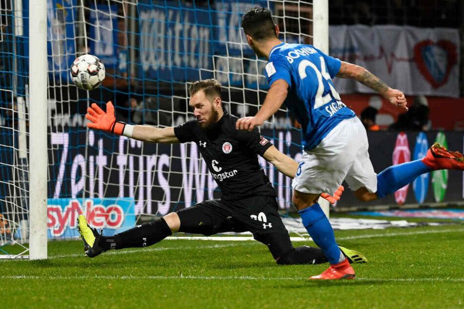 Torwart Robin Himmelmann vereitelt die Torchance des Bochumer Angreifers.