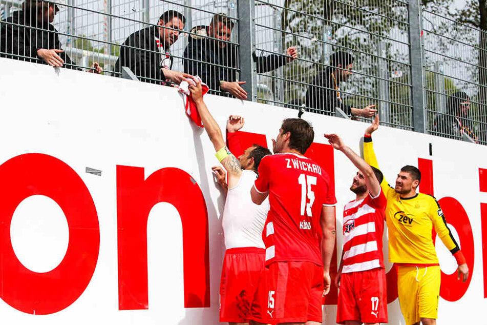Tolle Geste und kleine Entschädigung! FSV-Kapitän Toni Wachsmuth schenkte einem treuen Fan sein Trikot.