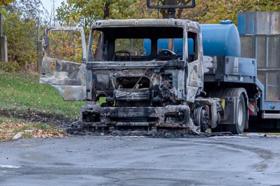 In Rodewisch gingen zwei Laster der Baufirma VSTR in Flammen auf.
