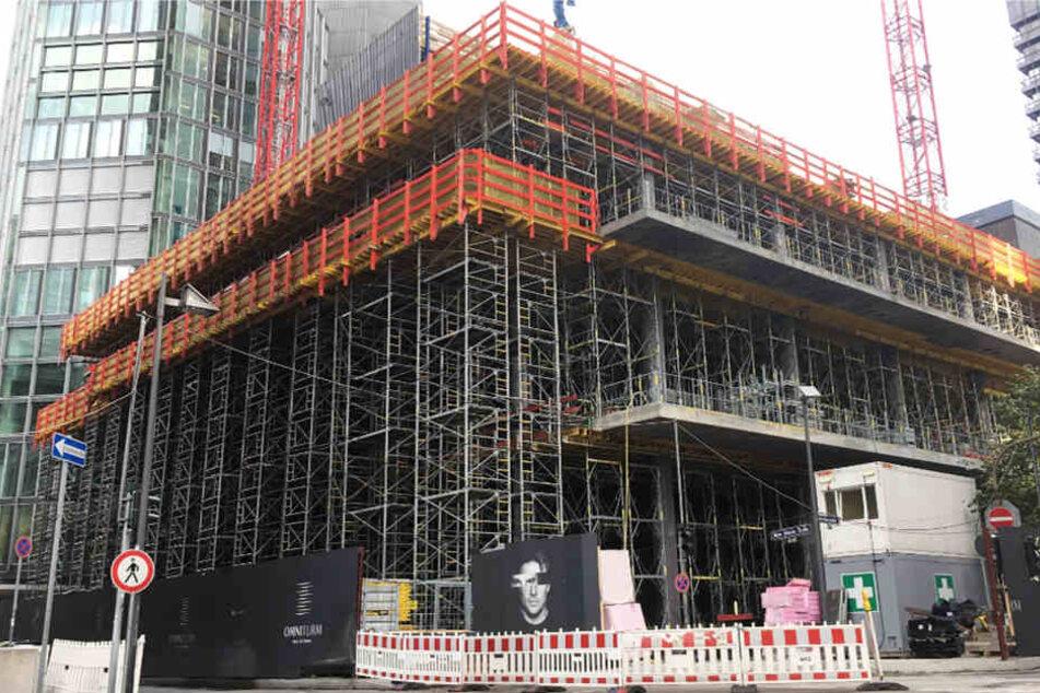 Die Gerüstkonstruktion ragt steil empor. In zwölf Metern Höhe stürzten die beiden Männer ab.