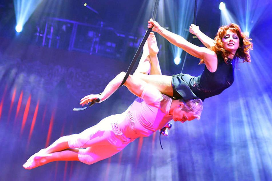 Artistin Malwina Abakarowa gemeinsam mit ihrem Partner. Bei einer Aufführung stürzte die Russin jetzt in die Tiefe.