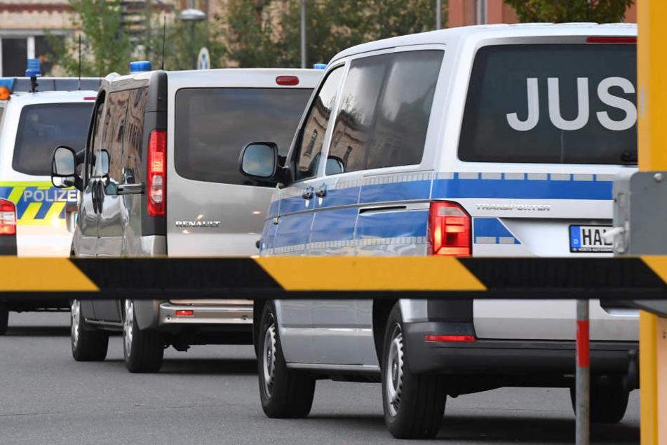 In einer von der Polizei abgesicherten Kolonne wurde Adrian Ursache vors Gericht in Halle/Saale gebracht.