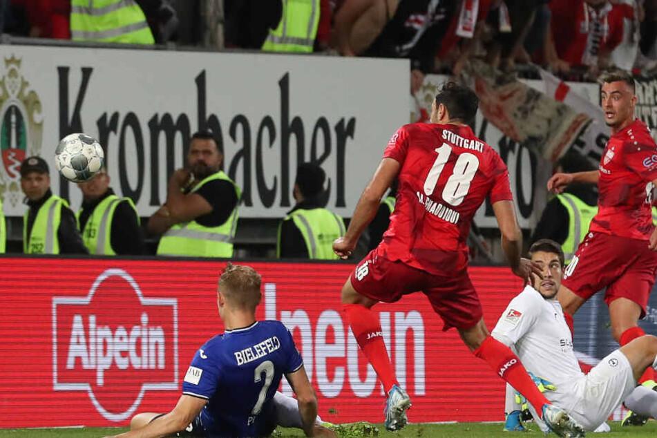 Der Torschütze Hamadi Al Ghaddioui (2.v.l) aus Stuttgart schiebt ein zum 1:0 gegen Bielefelds Amos Pieper (l) und Torwart Stefan Ortega (3.v.l).
