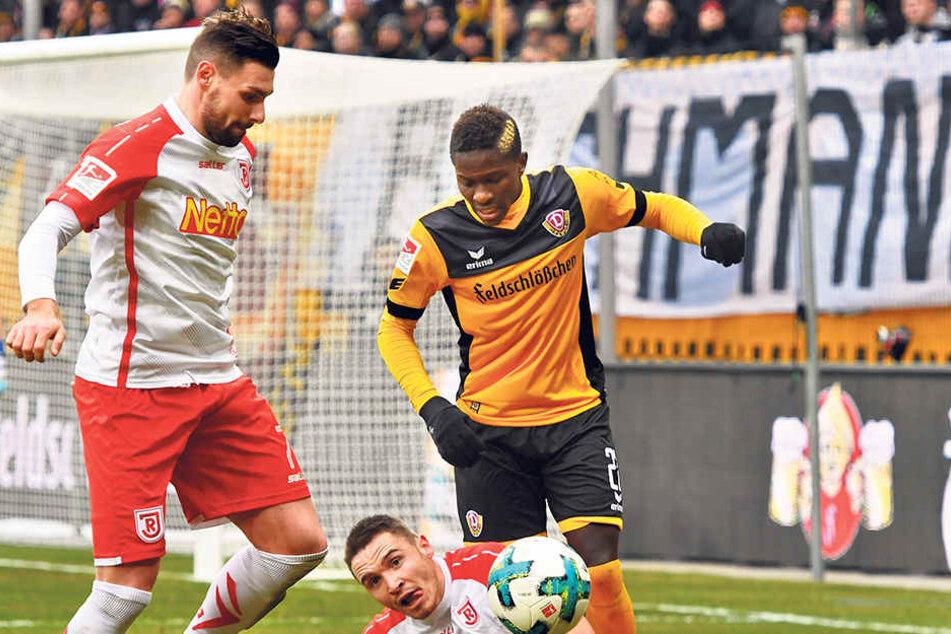 Hart im Nehmen - und im Austeilen: Dynamos Moussa Koné bringt Regensburgs Andreas Geipl zu Fall.