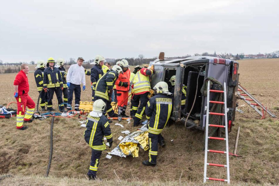 Die Kameraden der Feuerwehr mussten den eingeklemmten Fahrer aus seinem Opel befreien.