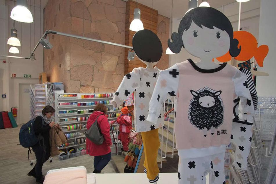 Hier lassen sich Do-It-Yourself-Fans inspirieren: Auf Schneiderpuppen hängen selbstgenähte Outfits.