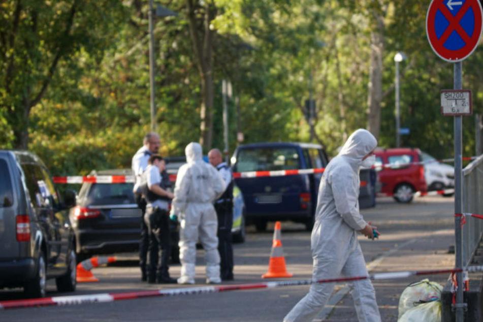 Ermittler bei ihrer Arbeit vor der Tiefgarage, in der die Leichen gefunden wurden.