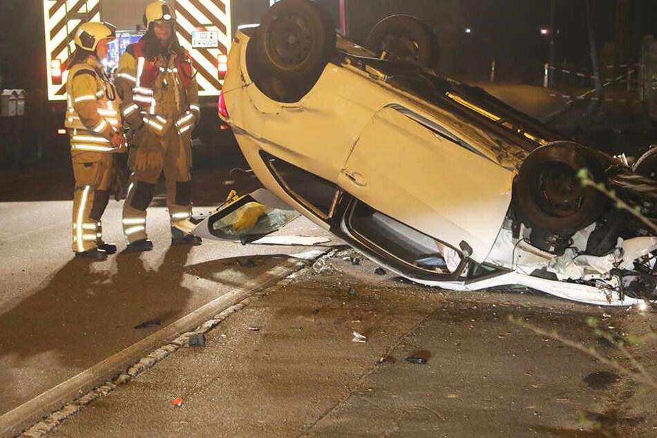 Fahrer betrunken? Seat prallt in Dresden gegen Lichtmast und überschlägt sich