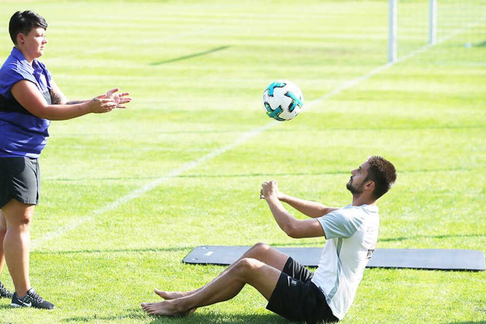 Barfuß zum Training, um die verletzte Zehe zu schonen: Dimitrij Nazarov (r.) bei Ballübungen mit Physiotherapeutin Marie Koch.