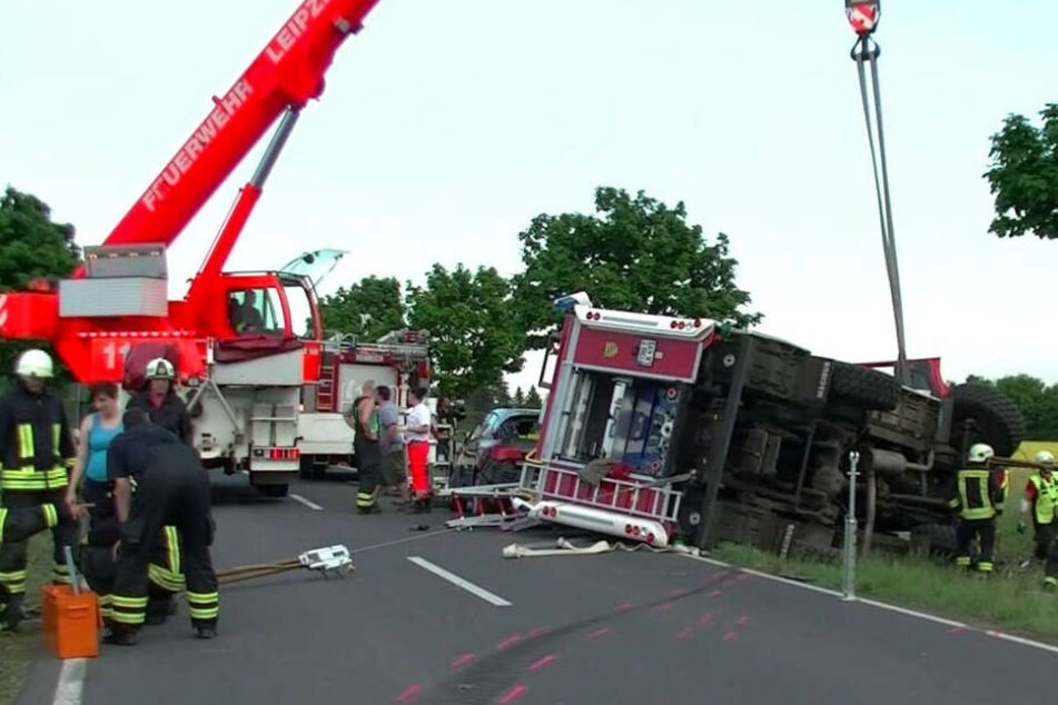Ein Kran der Feuerwehr aus Leipzig musste anrücken, um das tonnenschwere Löschfahrzeug zu bergen.