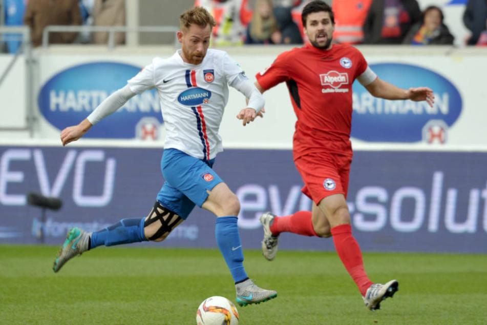 Florian Dick (r.) muss den besten FCH-Angreifer daran hindern, zu treffen.