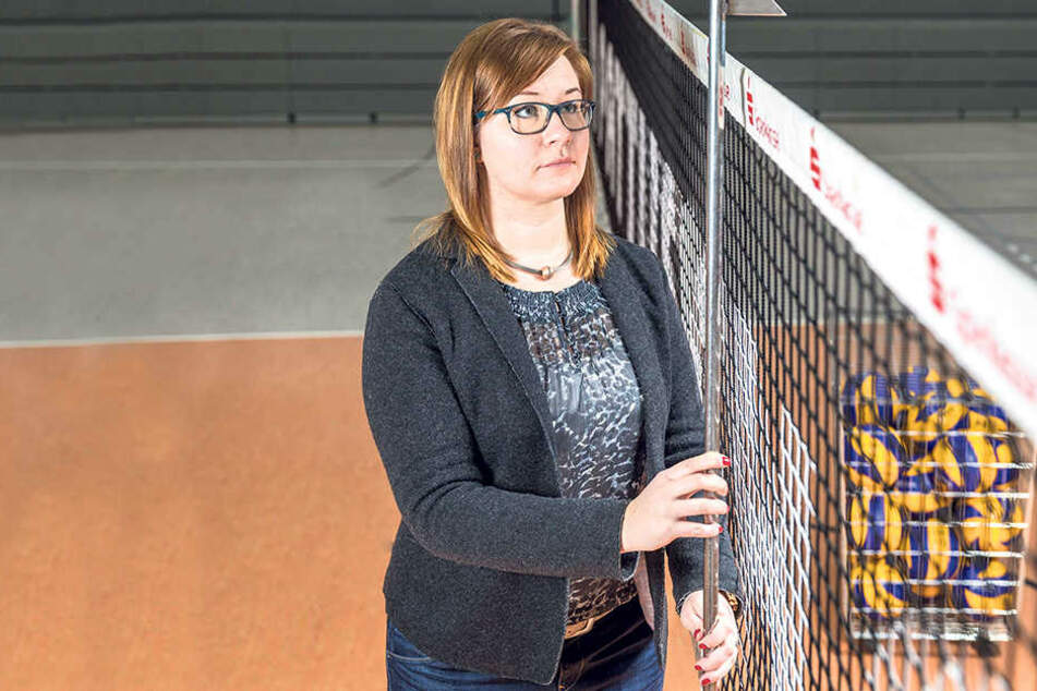 Stimmt die Netzhöhe? Sandra Zimmermann misst nach! Auch das gehört zur  ihren Aufgaben als Supervisor.