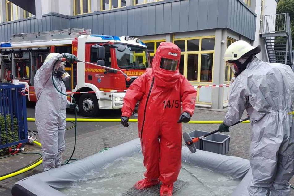 Die Feuerwehr ist noch immer mit der Gefahrenabwehr bezüglich des Chlorgases beschäftigt.