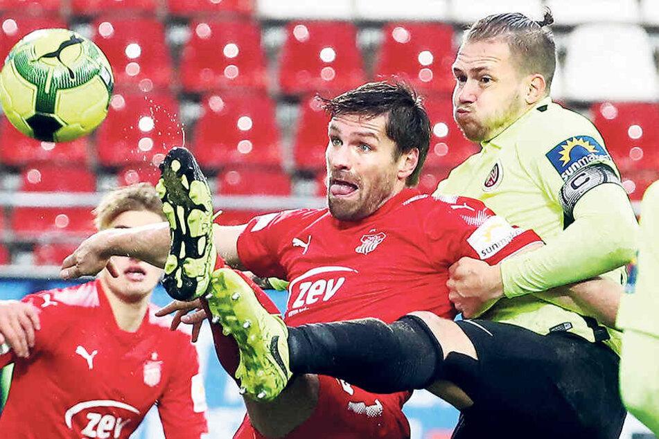FSV-Sturmtank Ronny König (M., hier gegen Steven Ruprecht) kann sich aktuell nicht mehr so durchsetzen wie in den ersten spielen dieser Saison.