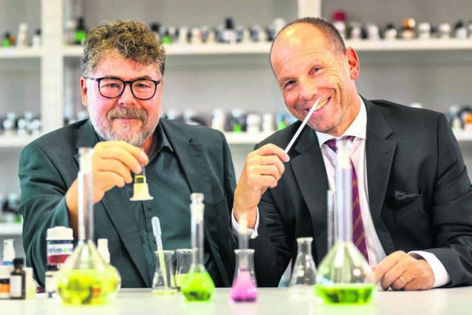 """""""Reima Air Concept""""-Chef Jens E. Reißmann (64, l.) und Oberbürgermeister Lothar Ungerer (61, parteilos) mit Meeranes eigenem Duft."""