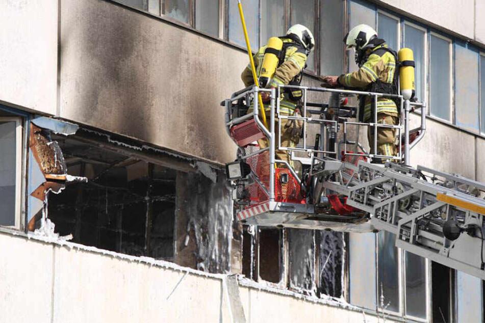 Feuerwehreinsatz im Dresdner Südwesten: Bürogebäude steht in Flammen!