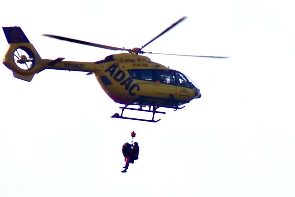 Der verletzte Kletterer wurde an einer Seilwinde mit dem Hubschrauber ausgeflogen und kam später ins Krankenhaus Friedrichstadt.