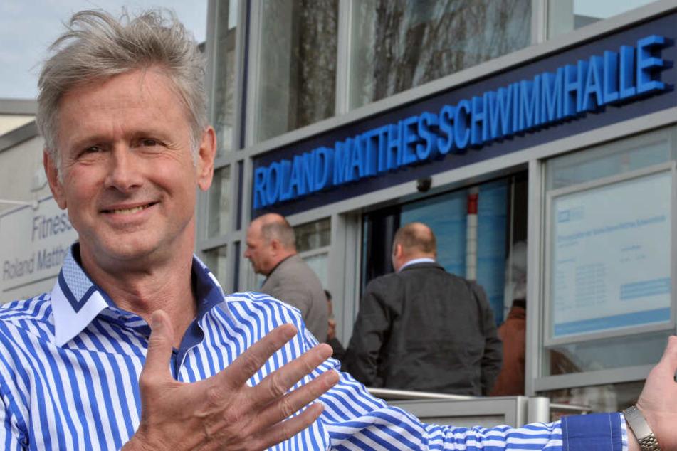 Roland Matthes steht vor einer Schwimmhalle im Jahr 2011.