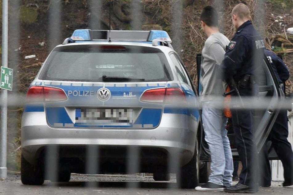 Irrer Messermann bedroht und greift wahllos Passanten in der Innenstadt an