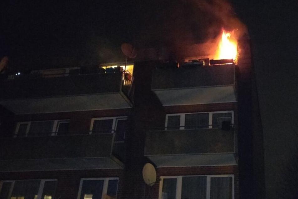 Zimmer in Flammen: Feuerwehr findet Leiche in Brandwohnung