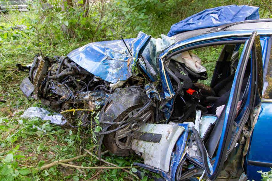 Fahranfänger zerlegt Auto in komplettes Wrack und wird schwer verletzt eingeklemmt