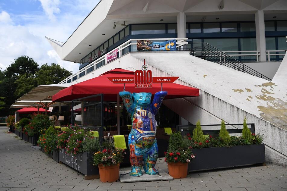 """Blick auf das Restaurant """"Mio Berlin"""" direkt unter dem Fernsehturm am Alexanderplatz."""