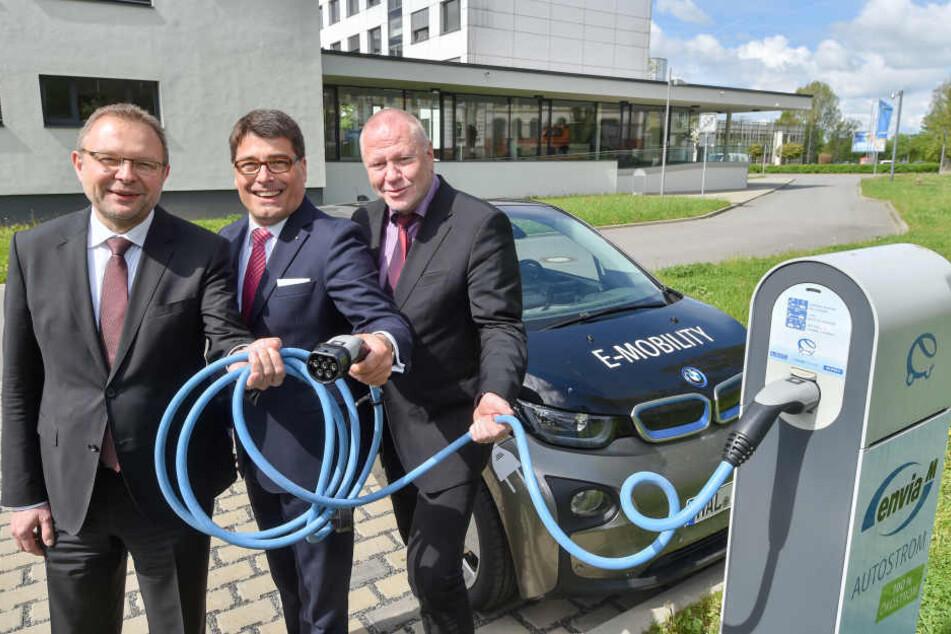 Autos unter Strom: Die enviaM-Vorstandsmitglieder Andreas Auerbach (54), Tim Hartmann (47) und Ralf Hiltenkamp (56, v.l.) an einer Ladesäule für E-Mobile.