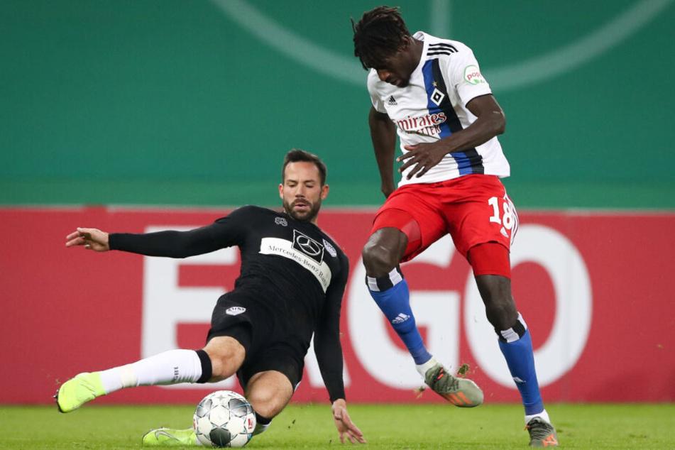 DFB-Pokal gegen Hamburg: Stuttgarts Gonzalo Castro (links) und HSV-Mann Bakery Jatta im Zweikampf.