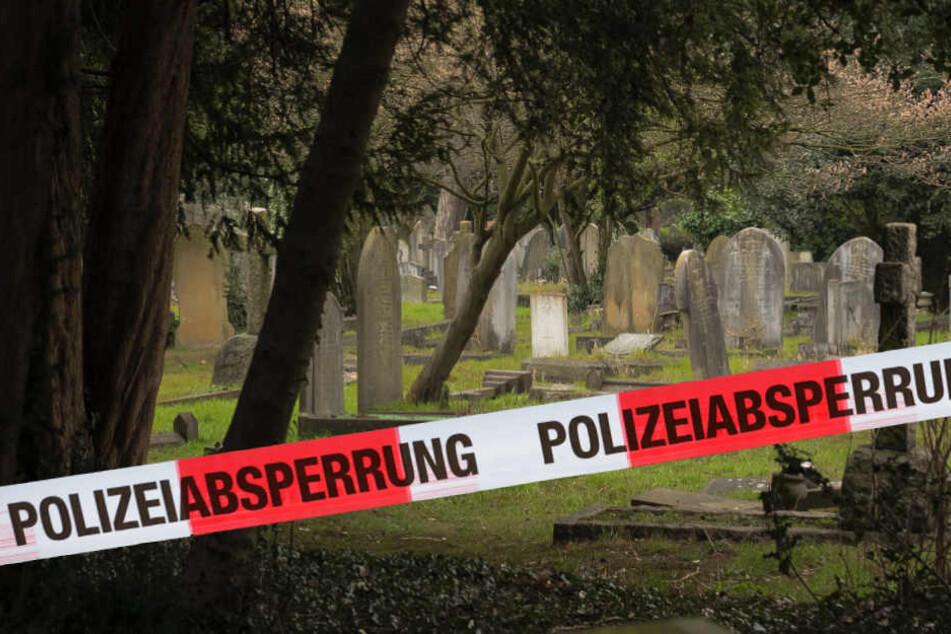 Grabsteine aus Fundament gerissen: Täter zerstören Friedhof