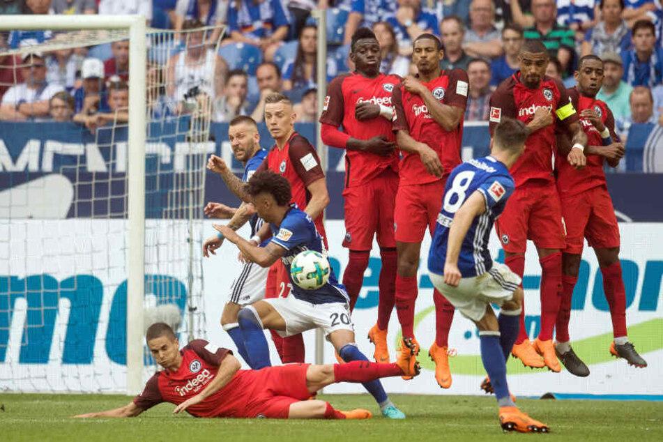 Schalkes Leon Goretzka schießt einen Freistoß.