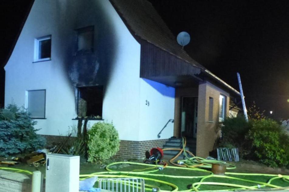 Ein Toter bei verheerendem Wohnungsbrand, Mutter und kleine Tochter verletzt