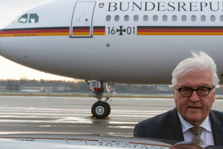 """Der ehemalige Außenminister Frank-Walter Steinmeier vor dem Regierungsflugzeug """"Konrad Adenauer"""" im Jahr 2015. Im Moment der Aufnahme übrigens überraschenderweise kaputt."""