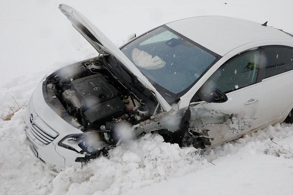 Der Opel landete nach dem Unfall im Graben.