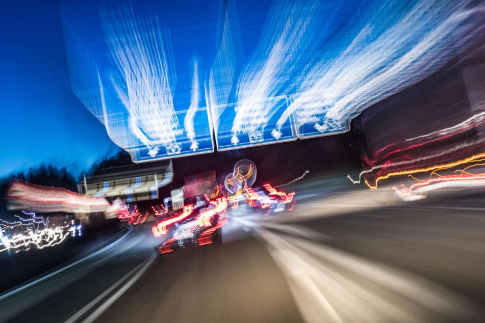 Mit hoher Geschwindigkeit krachte der 23-Jährige auf den Kleinbus. (Symbolbild)