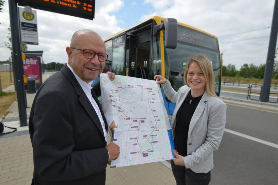 CVAG-Sprecher Stefan Tschök (62) und Stadtmaketing-Leiterin Susan Endler (38) präsentieren den neuen Faltplan für die Touri-Ringbuslinie.