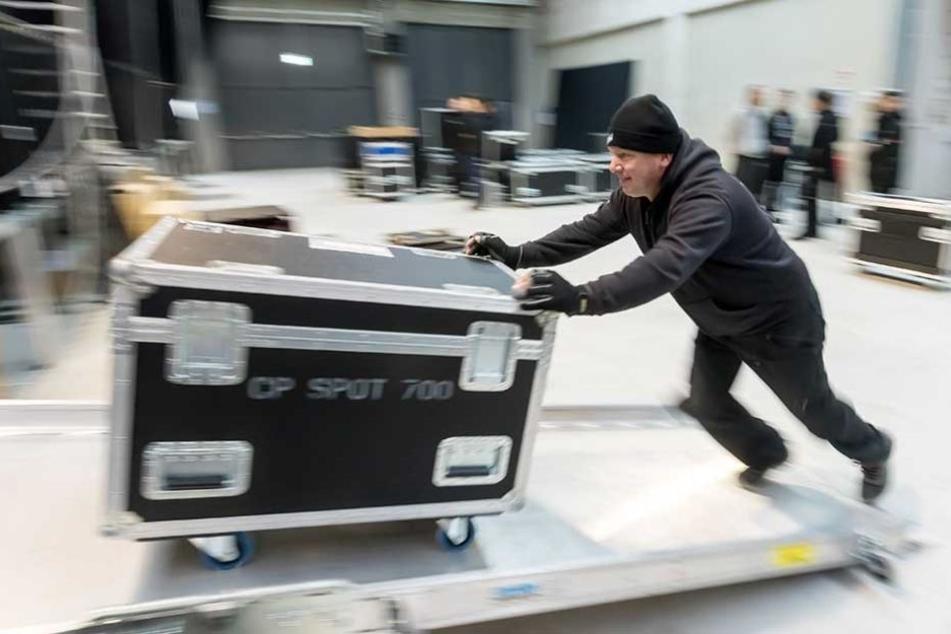 Techniker Hendrik Naumann (45) baut mit seinen Kollegen das Equipment für die Band auf.