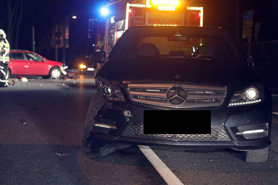 An den beteiligten Fahrzeugen entstand ein Sachschaden von etwa 20.000 Euro.