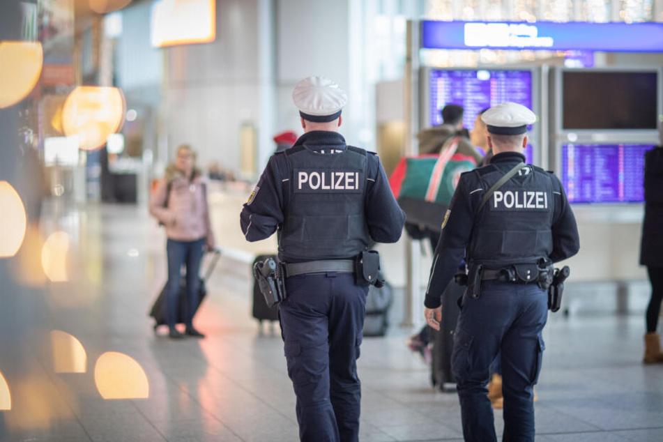 Der Bundespolizei am Frankfurter Flughafen fiel bei der Überprüfung ein vorliegender Haftbefehl gegen den Mann auf (Symbolbild).