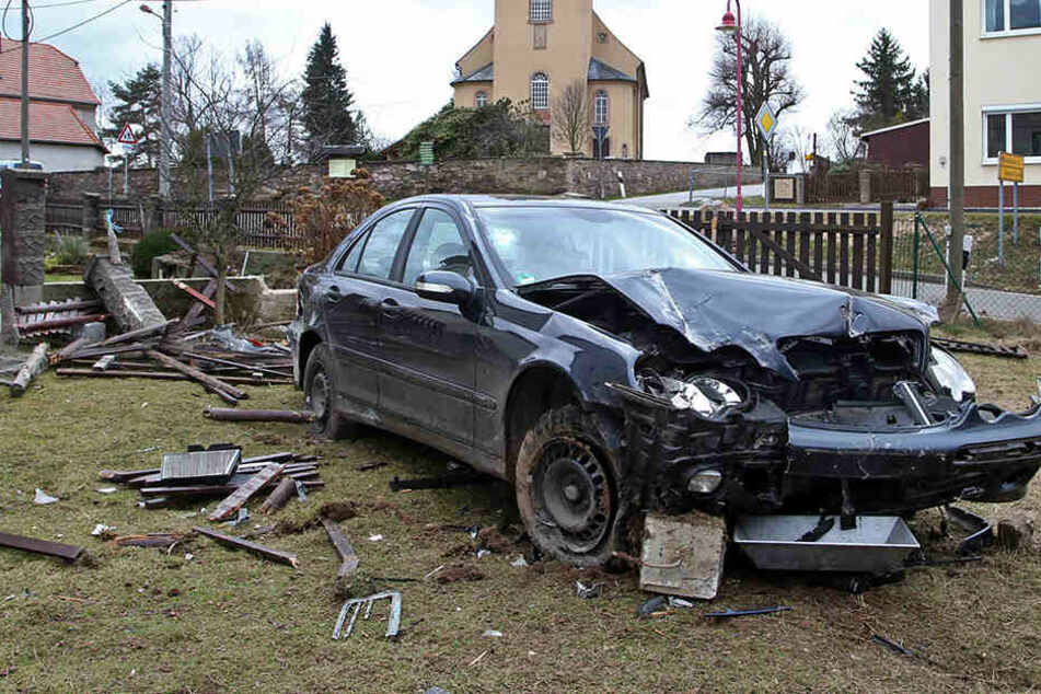 Mercedes durchbricht Mauer und Zaun: Fahrer flüchtet