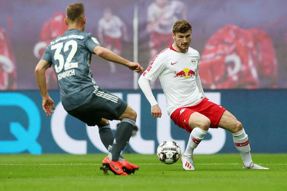 Blieb gegen seinen wohlmöglichen neuen Verein glücklos: Leipzigs Stürmer Timo Werner (r.), hier im Zweikampf mit Joshua Kimmich.