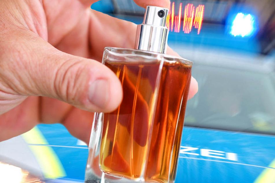 Der Täter griff gezielt nach den Parfüms in dem Regal und bediente sich (Symbolbild).