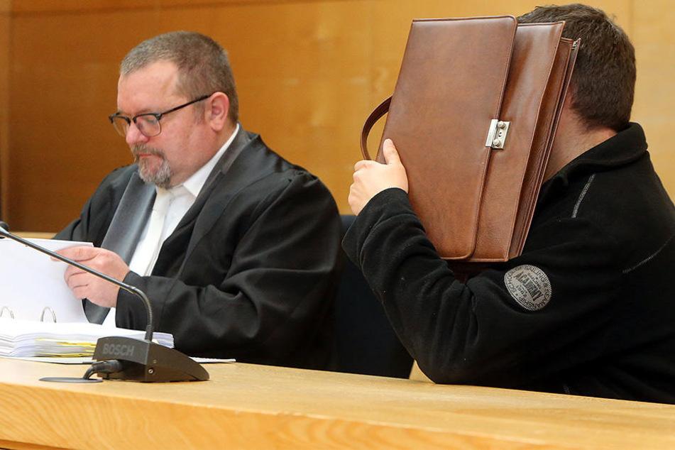 Der Mitarbeiter der Sparkasse gestand vor Gericht, dass er knapp 1,7 Millionen abgezockt hat.