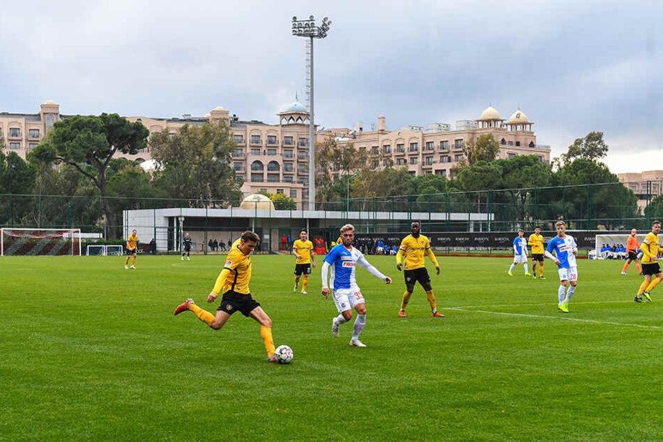 Am Sonntagnachmittag testete Dynamo im Stadion des MAXX Royal Belek gegen Grasshopper Zürich. Hier flankt Marius Hauptmann (l.) vors Schweizer Tor.