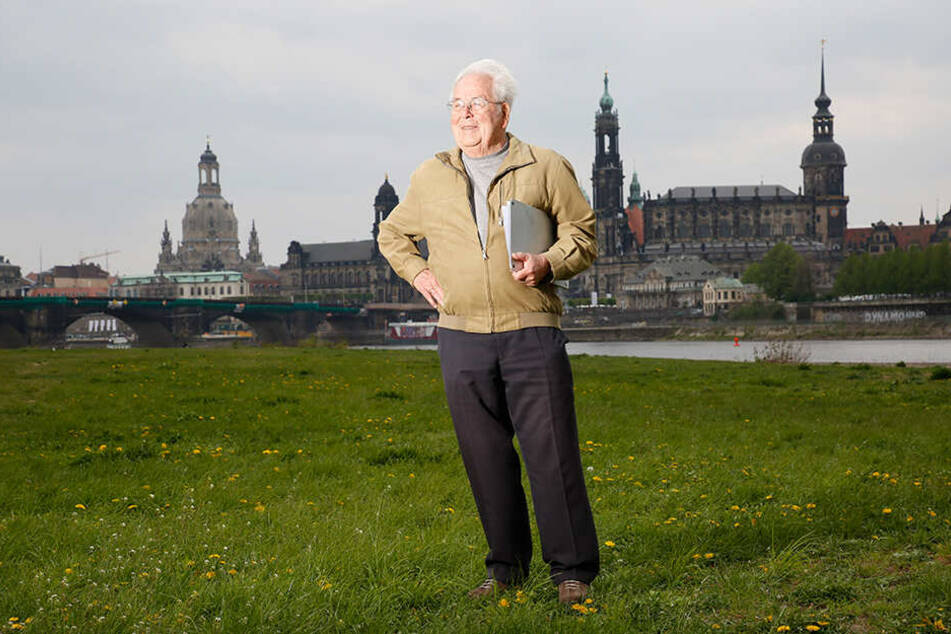 """""""Noch einmal nackt auf den Elbwiesen liegen"""": Die Leidenschaft von Politiker Rolf Klemm (88) ist jetzt offizielles Wahlprogramm der Linken."""