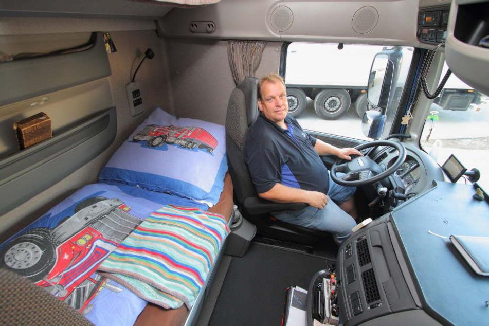 Volker Much in seinem 40-Tonner der Marke DAF: Unterm Bett befindet sich ein Kühlschrank.