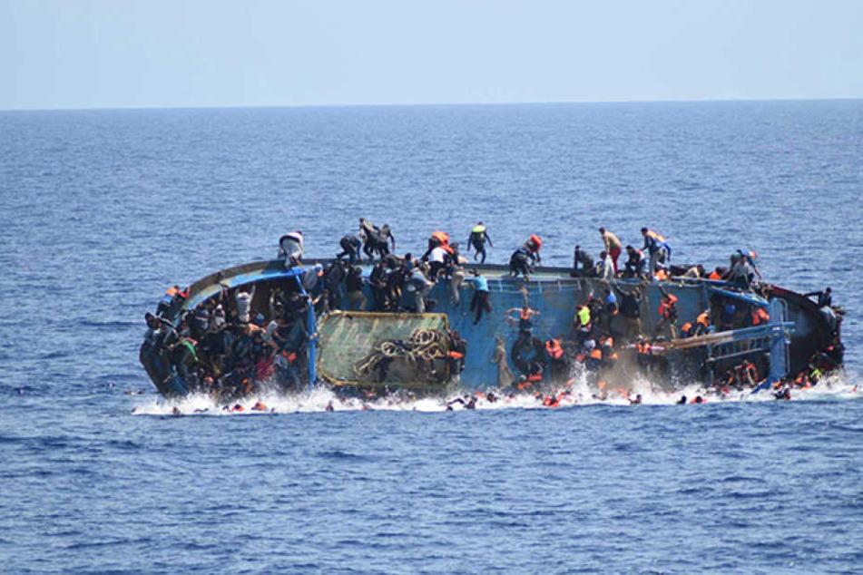 Ein Flüchtlingsboot mit 120 Menschen ist auf dem Mittelmeer gekentert (Symbolbild).