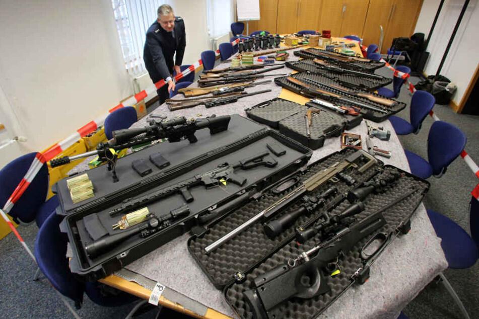 Bei bundesweiten Razzien hat die Polizei Waffen und Sprengstoff bei Reichsbürgern sichergestellt.