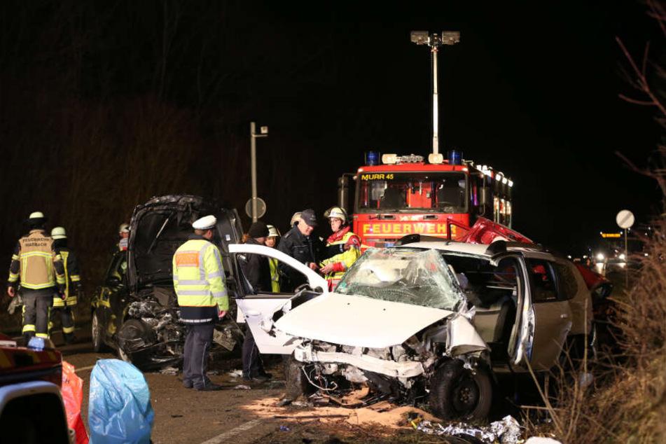 Feuerwehren und Polizeifahrzeuge rückten sofort zur Unfallstelle aus.
