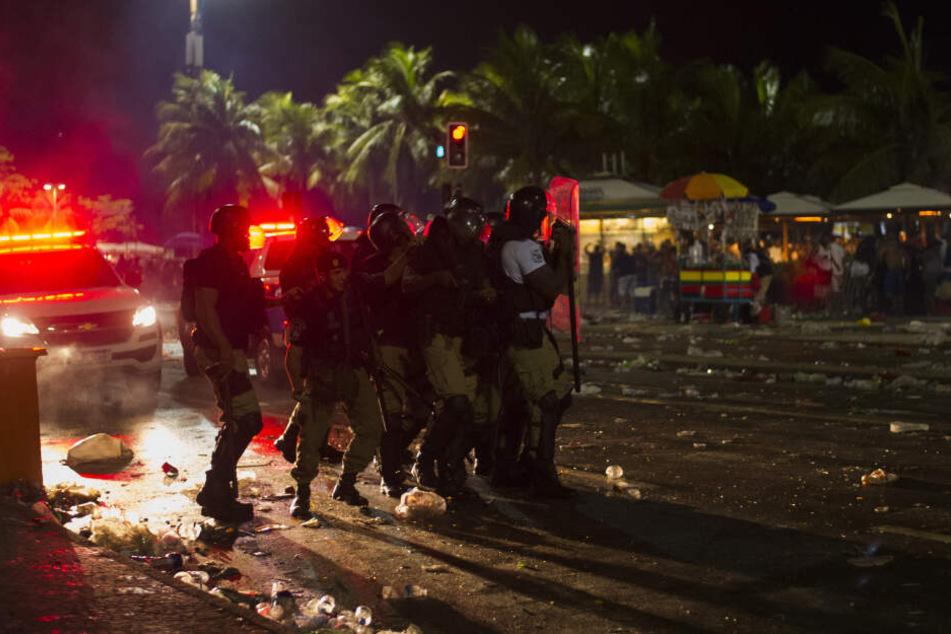 Polizisten sind bei Zusammenstößen im Rahmen der Karnevalsfeierlichkeiten im Einsatz.